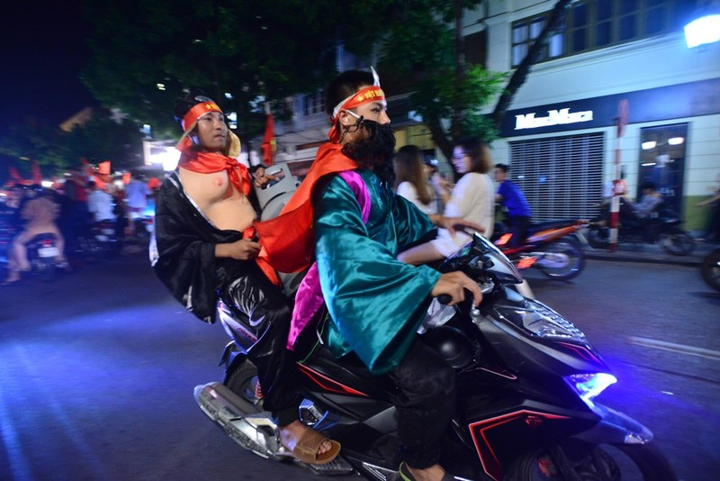 Thầy trò Đường Tăng đi 'bão' đại náo phố đi bộ Hà Nội - ảnh 3