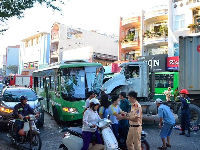 Hàng chục người kêu cứu trong xe buýt bị container tông - ảnh 3