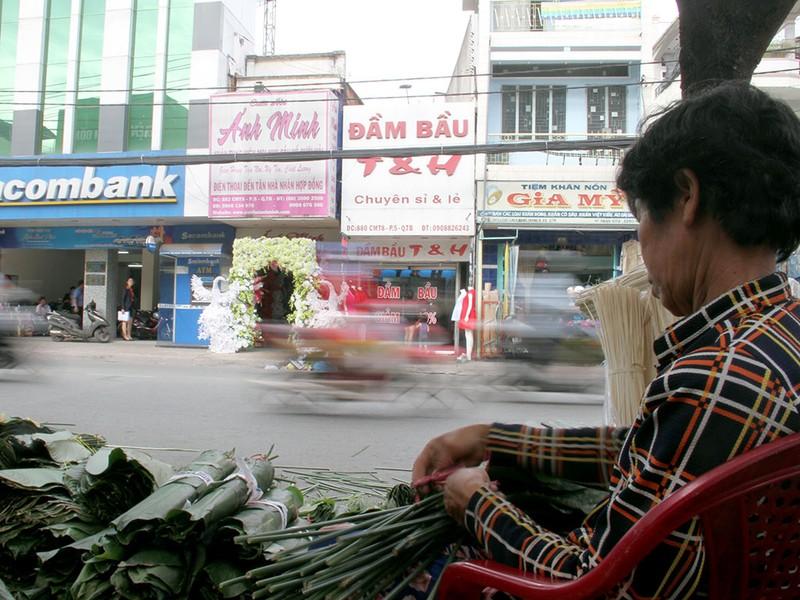 Chợ lá dong ngày Tết ven đường ở TP.HCM - ảnh 2