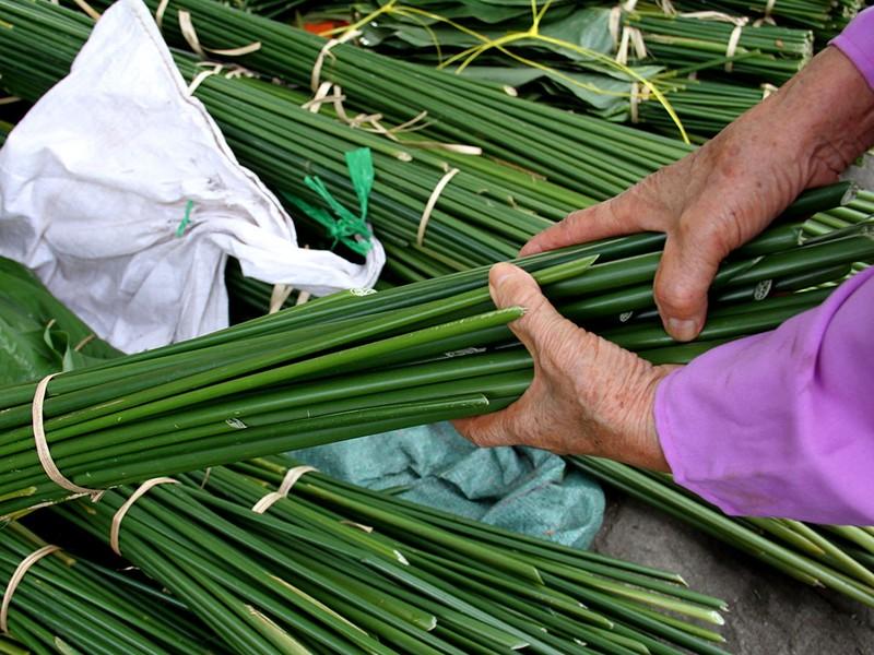 Chợ lá dong ngày Tết ven đường ở TP.HCM - ảnh 9