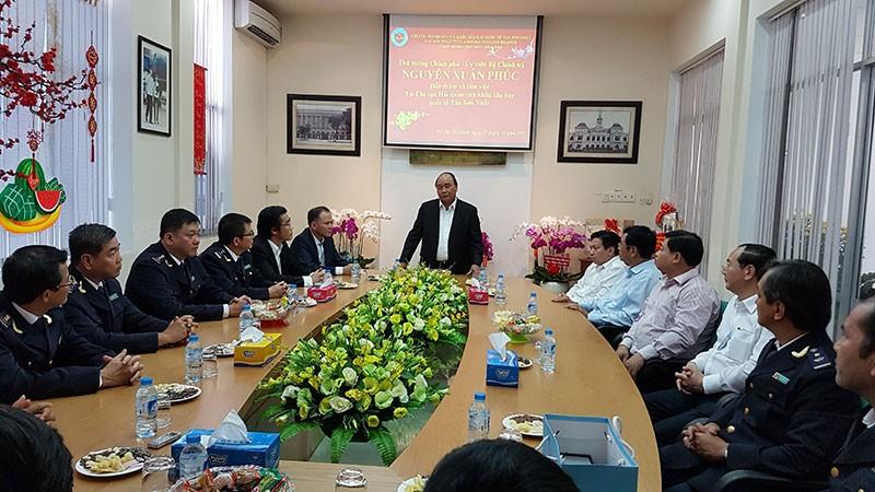 Thủ tướng thăm, kiểm tra ở hải quan Tân Sơn Nhất - ảnh 1