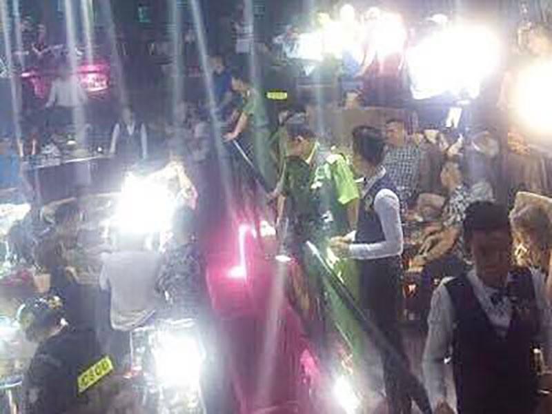 Cảnh sát cùng chó nghiệp vụ đột kích quán bar ở TP.HCM - ảnh 2