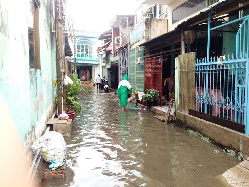 Mưa đột ngột giữa mùa khô, TP.HCM ngập cục bộ - ảnh 1