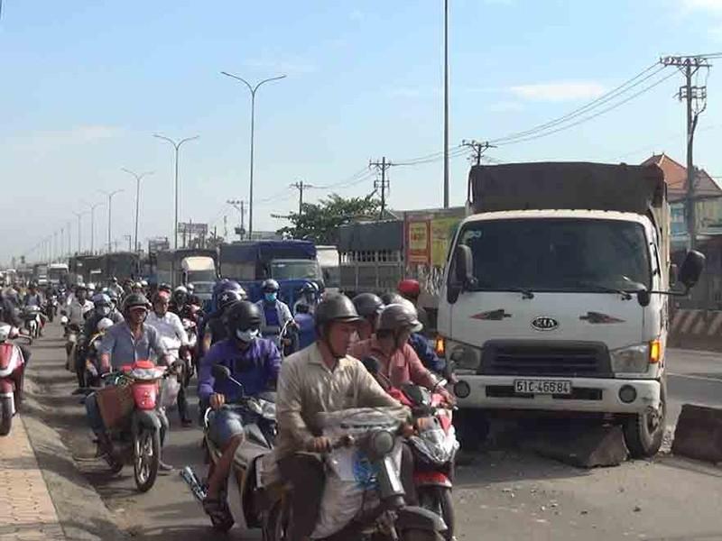 Xe tải mất thắng ở Bình Tân làm người dân hoảng vía - ảnh 2