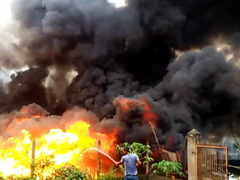 Dân hoảng loạn khi bãi tập kết cao su, mút xốp phát hỏa - ảnh 1