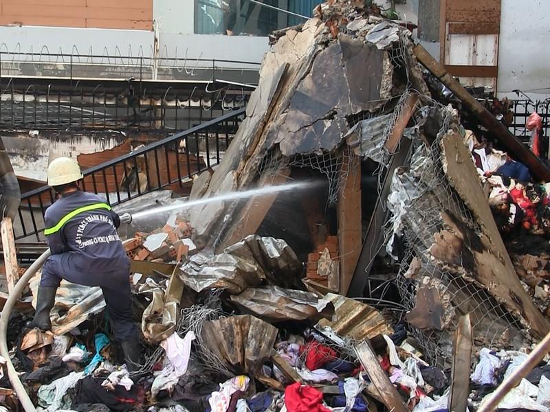 Hiện trường vụ cháy khiến một cảnh sát hi sinh - ảnh 4