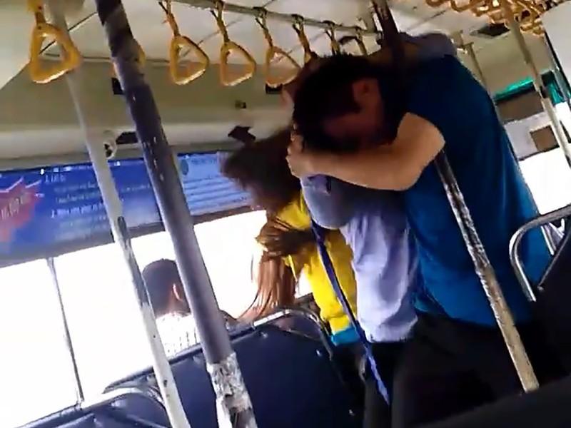 Nhân viên xe buýt đánh nhau với đôi nam nữ hành khách - ảnh 1