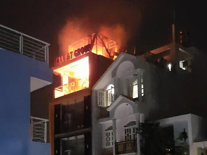 Công ty 6 tầng cháy, người dân đập vỡ bồn nước cứu hỏa - ảnh 1