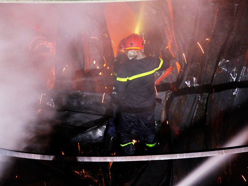 Toàn cảnh vụ cháy dữ dội trong KCN Tân Bình  - ảnh 15