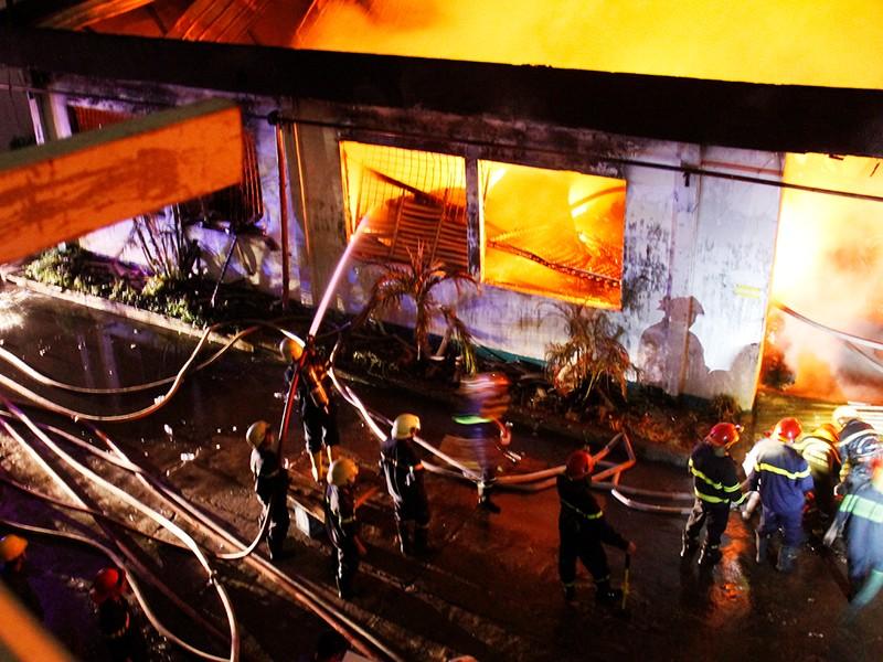 Toàn cảnh vụ cháy dữ dội trong KCN Tân Bình  - ảnh 9