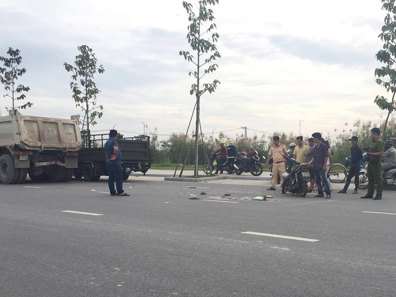 Nam thanh niên điều khiển xe máy va chạm với đuôi xe tải đang lưu thông cùng chiều, tử vong tại chỗ.