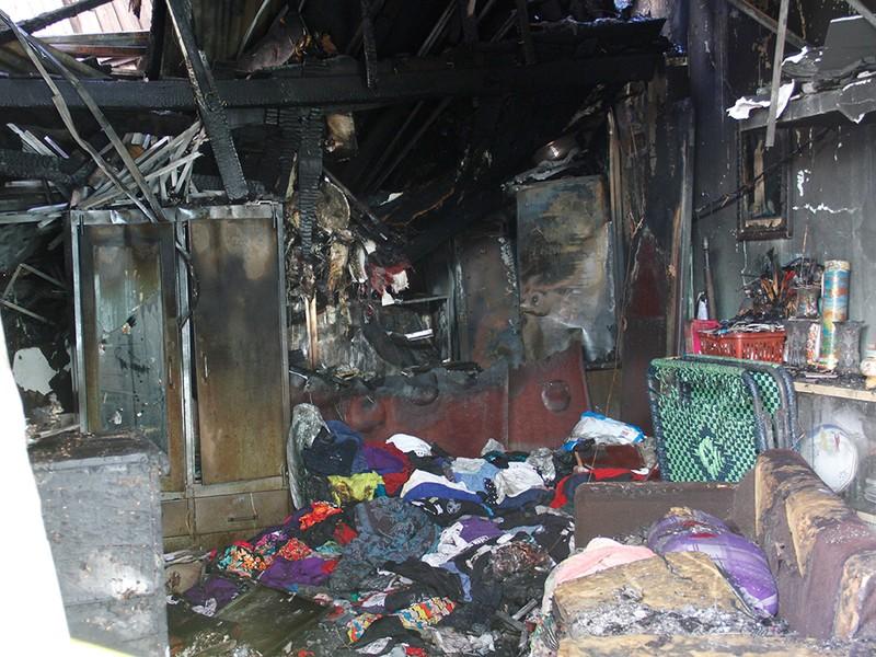 Chồng bất lực chạy trên mái tôn cứu 3 mẹ con khi cháy - ảnh 4
