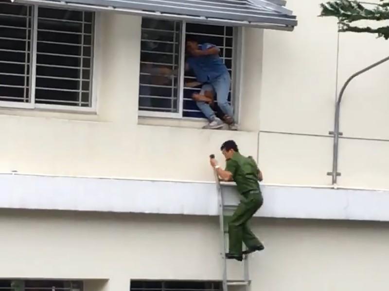 Gay cấn: Cảnh sát giải cứu sinh viên nhảy lầu vì điểm thấp - ảnh 1