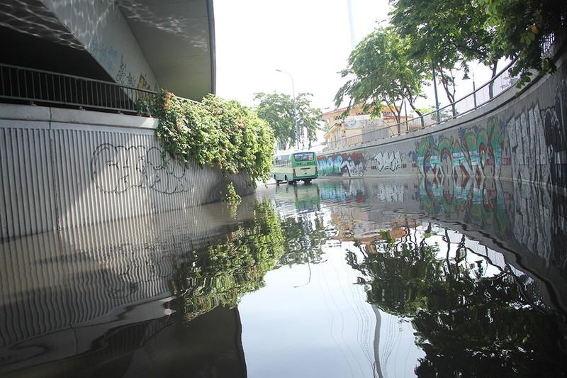 Hầm chui cầu Khánh Hội ngập nửa mét sau mưa lớn - ảnh 1