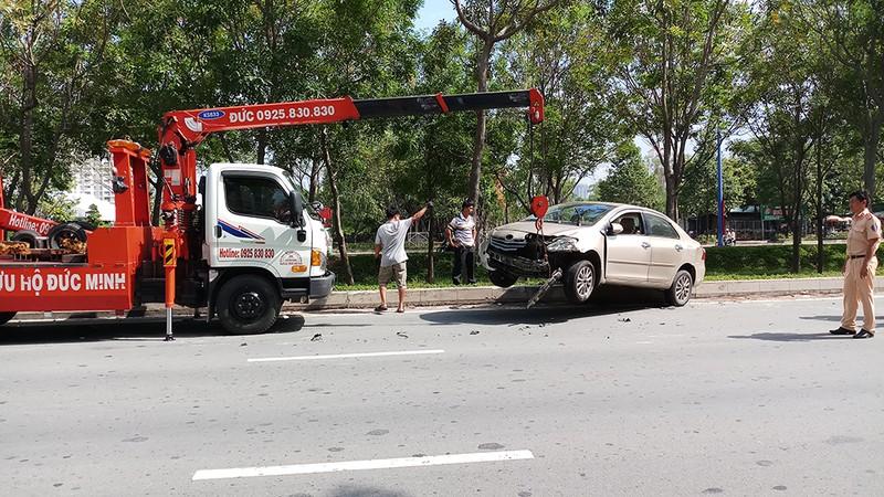Đụng xe cứu hỏa, ô tô văng lên lề đường Mai Chí Thọ - ảnh 1