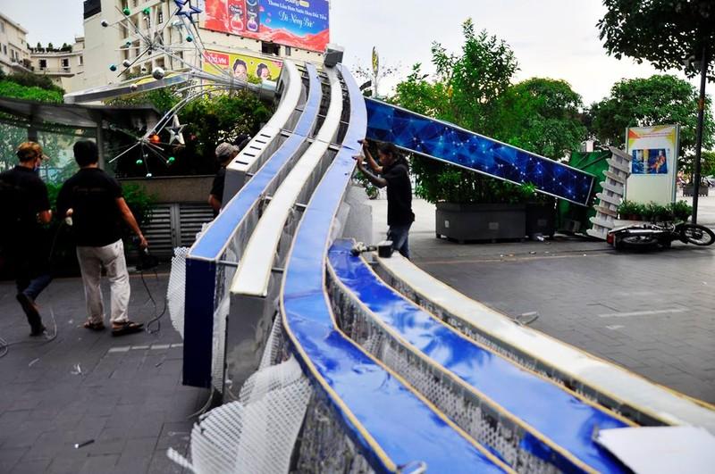 3 cổng chào phố đi bộ Nguyễn Huệ  sập, 1 người bị thương - ảnh 1