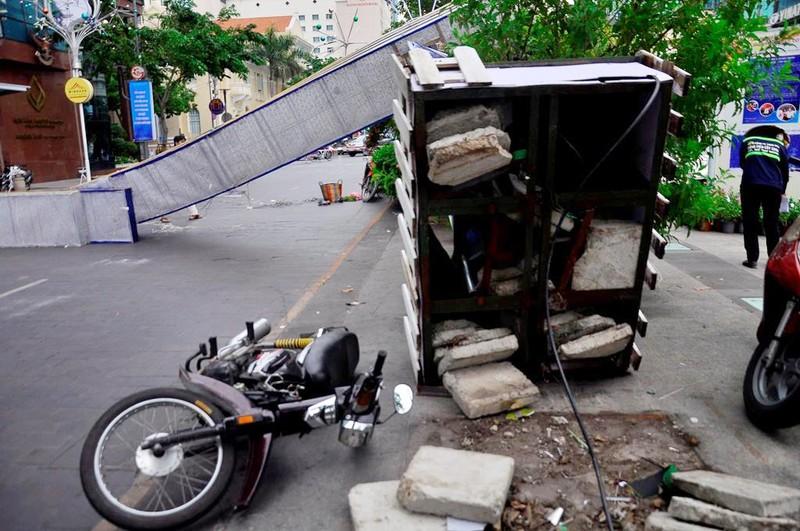 3 cổng chào phố đi bộ Nguyễn Huệ  sập, 1 người bị thương - ảnh 2