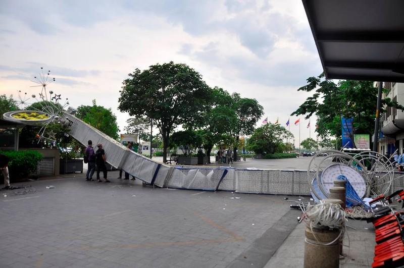 3 cổng chào phố đi bộ Nguyễn Huệ  sập, 1 người bị thương - ảnh 3