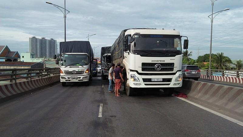 Xe tải tông xe đang dừng trên cầu, tài xế mắc kẹt trong cabin - ảnh 2