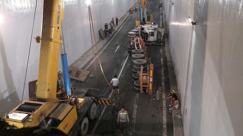 Tiếp tục lật container trong hầm chui Mỹ Thủy - ảnh 1