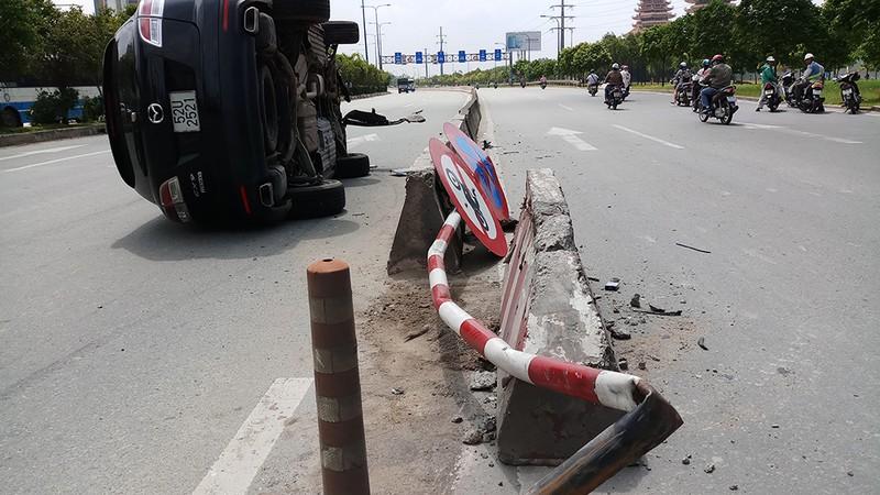 Tránh xe buýt, ô tô Mazda lật trên xa lộ Hà Nội - ảnh 1
