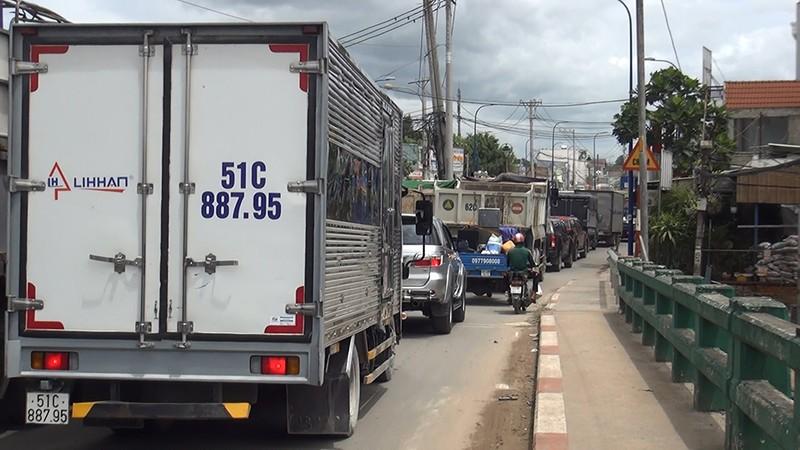 Tông liên hoàn 4 xe, đường Trần Văn Giàu kẹt cứng - ảnh 3
