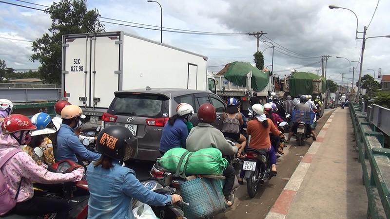 Tông liên hoàn 4 xe, đường Trần Văn Giàu kẹt cứng - ảnh 2