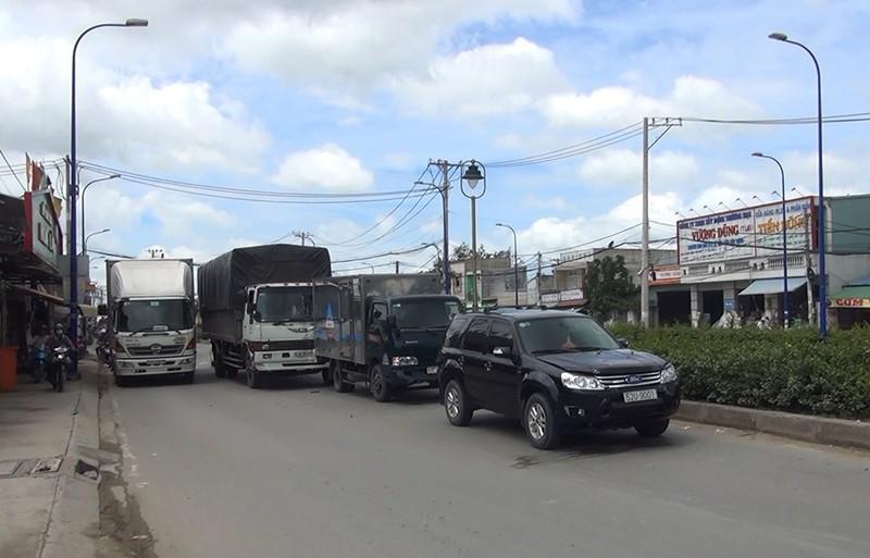 Tông liên hoàn 4 xe, đường Trần Văn Giàu kẹt cứng - ảnh 1