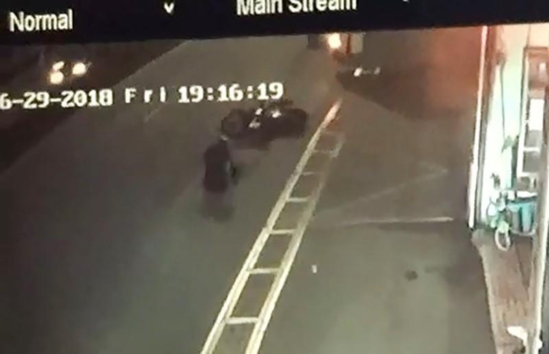 Người đi xe máy liên tục ngã 'sấp mặt' ở Củ Chi - ảnh 1