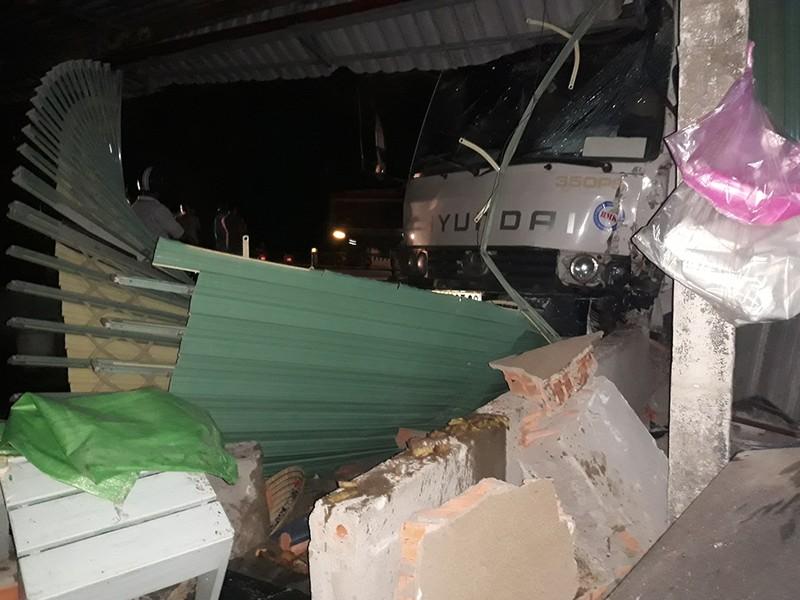 Người phụ nữ 'đứng hình' khi xe tải tông sập quán ăn - ảnh 3