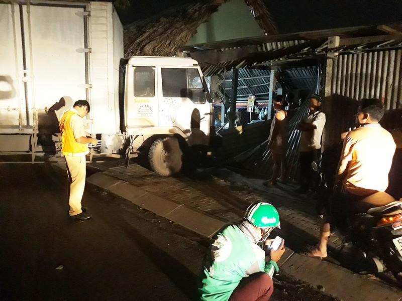 Người phụ nữ 'đứng hình' khi xe tải tông sập quán ăn - ảnh 1