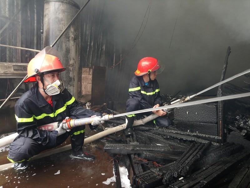 Cửa ngõ Tây Bắc TP.HCM mù khói trong vụ cháy xưởng gỗ - ảnh 6