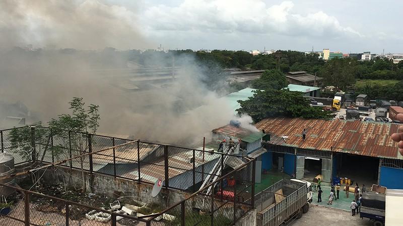 Cửa ngõ Tây Bắc TP.HCM mù khói trong vụ cháy xưởng gỗ - ảnh 1