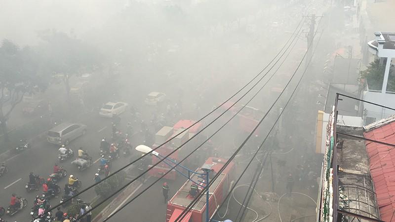 Cửa ngõ Tây Bắc TP.HCM mù khói trong vụ cháy xưởng gỗ - ảnh 4