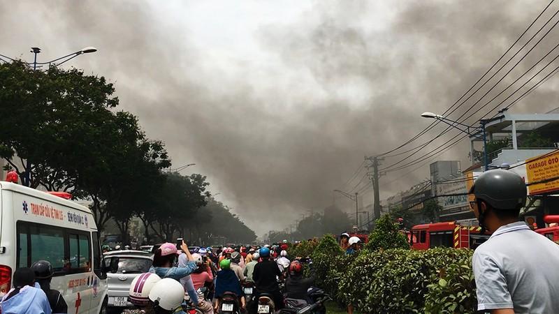 Cửa ngõ Tây Bắc TP.HCM mù khói trong vụ cháy xưởng gỗ - ảnh 10