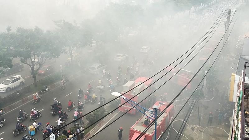 Cửa ngõ Tây Bắc TP.HCM mù khói trong vụ cháy xưởng gỗ - ảnh 12
