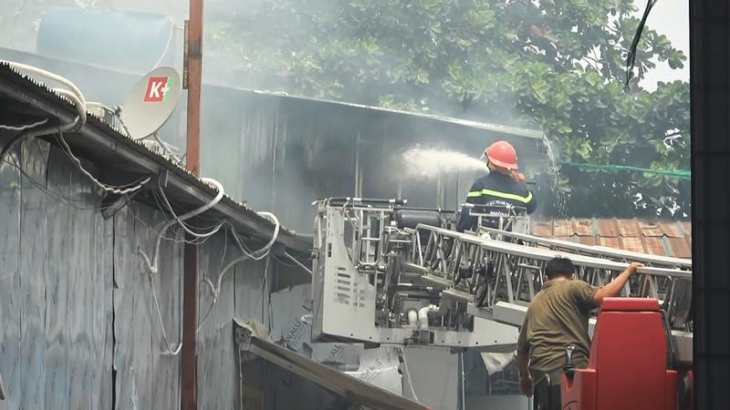 Cửa ngõ Tây Bắc TP.HCM mù khói trong vụ cháy xưởng gỗ - ảnh 14