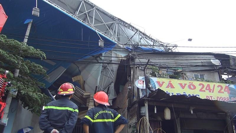 Giông lốc, biển quảng cáo 'khủng' đè nhiều nhà ở Bình Tân - ảnh 1