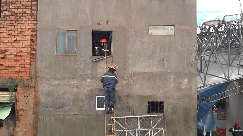 Giông lốc, biển quảng cáo 'khủng' đè nhiều nhà ở Bình Tân - ảnh 2