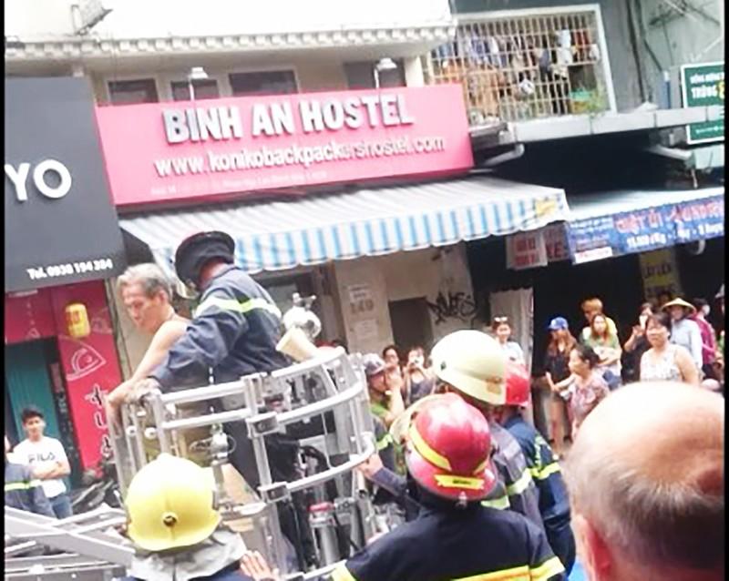 Cháy dữ dội tiệm bánh ở phố Tây, 2 cụ già mắc kẹt - ảnh 2