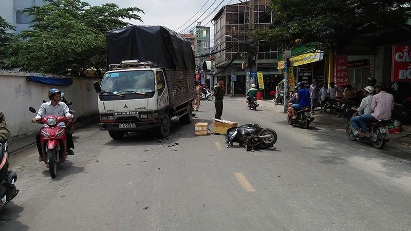 Xe máy đấu đầu xe tải, thanh niên bị văng xa nguy kịch - ảnh 1