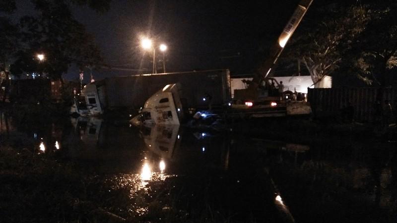 2 xe container cùng lao xuống mương nước ở quận 7 - ảnh 1