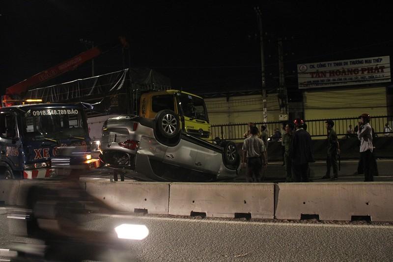 Ô tô bị xe tải tông lật ngửa, nhiều người bên trong la hét - ảnh 1