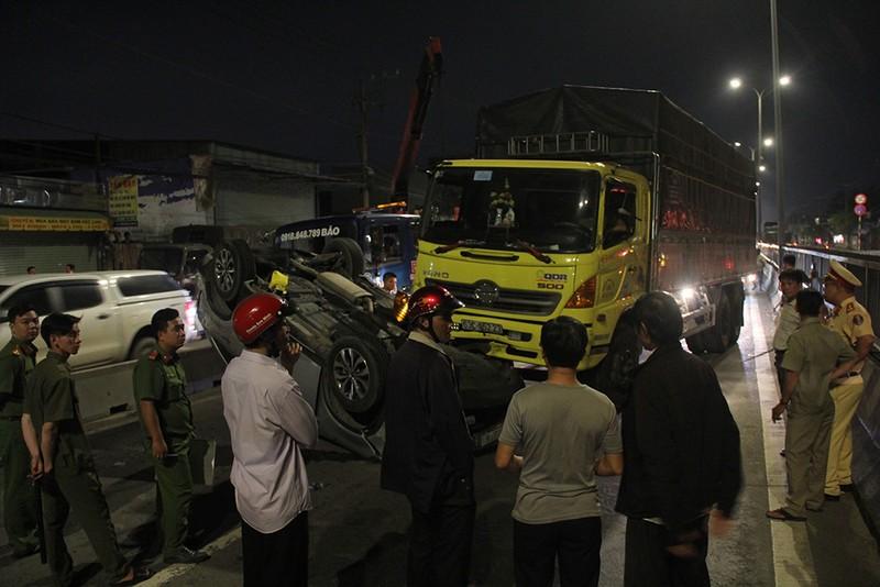 Ô tô bị xe tải tông lật ngửa, nhiều người bên trong la hét - ảnh 2