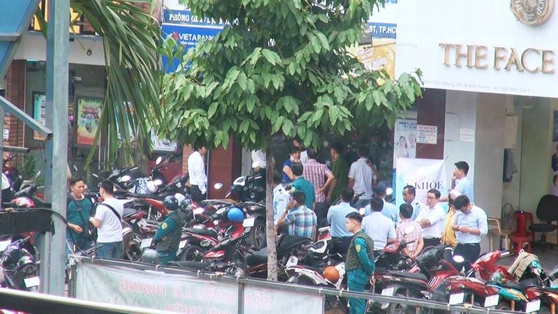 2 tên cướp ngân hàng ở Bình Thạnh lấy đi nhiều tiền mặt - ảnh 1