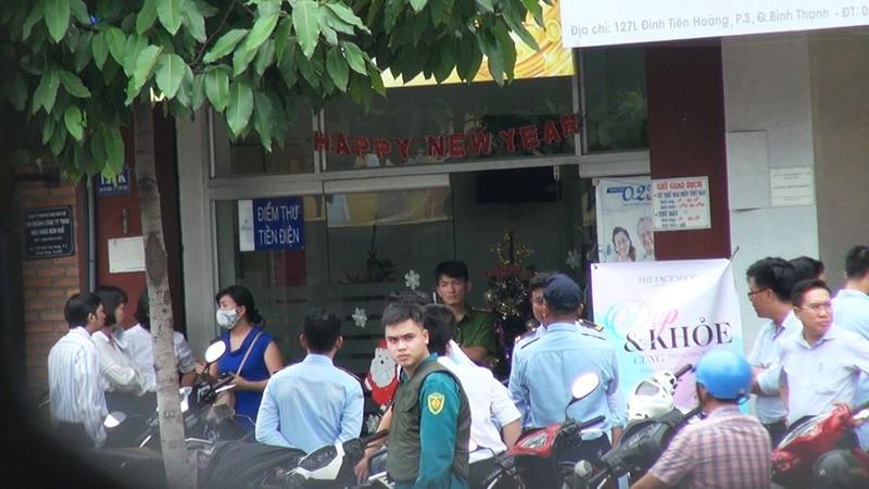 2 tên cướp ngân hàng ở Bình Thạnh lấy đi nhiều tiền mặt - ảnh 2
