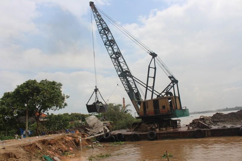 Bốn nhà dân bất ngờ đổ nhào xuống sông Cổ Chiên - ảnh 4