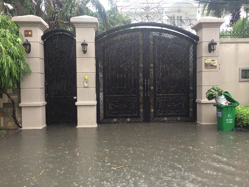 Mưa ngập bao vây khu biệt thự ở Sài Gòn - ảnh 4