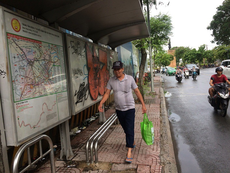 Trạm dừng xe buýt chi chít hình ảnh xấu xí - ảnh 2