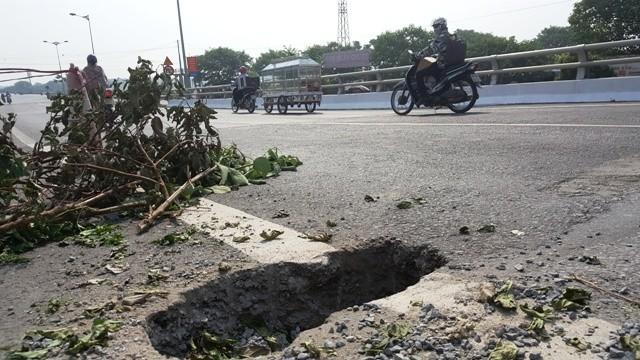 Hốt hoảng hố 'tử thần' xuất hiện trên cầu Tân Phong - ảnh 1